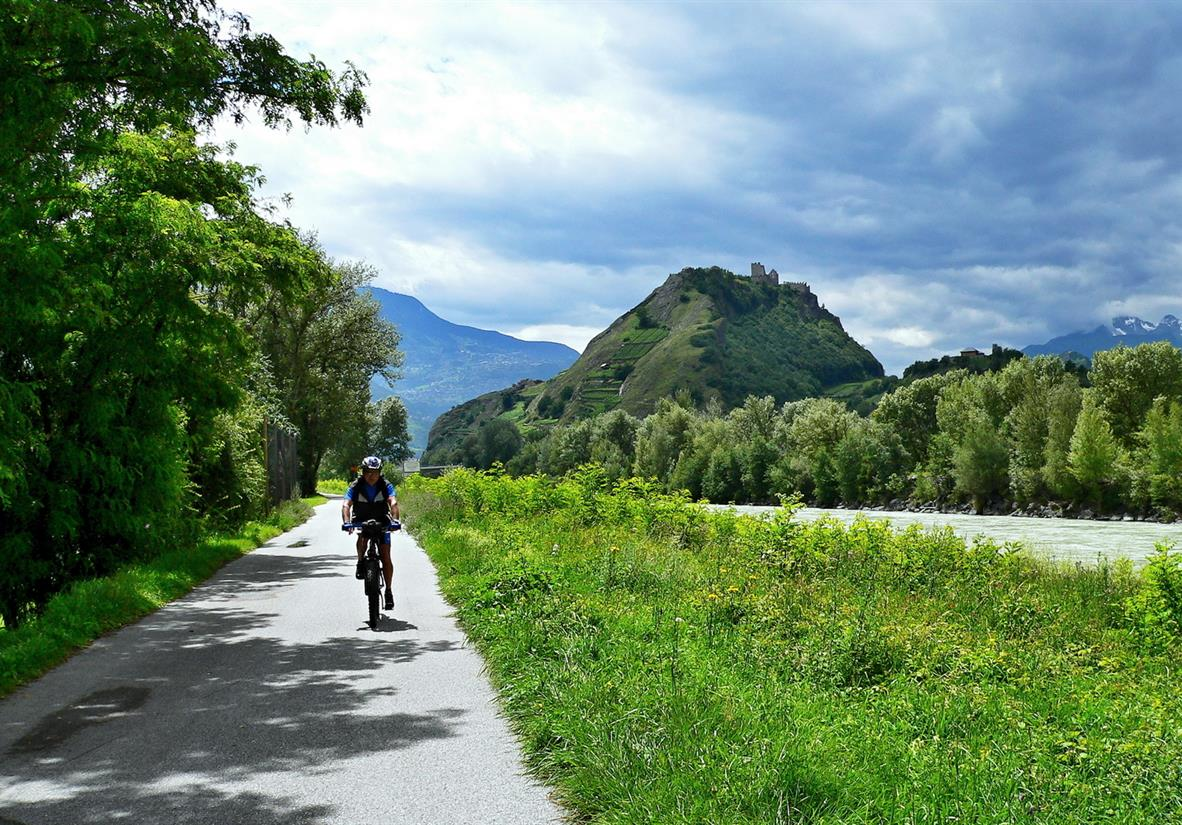 Easy-going cycling alongside the Rive Rhone