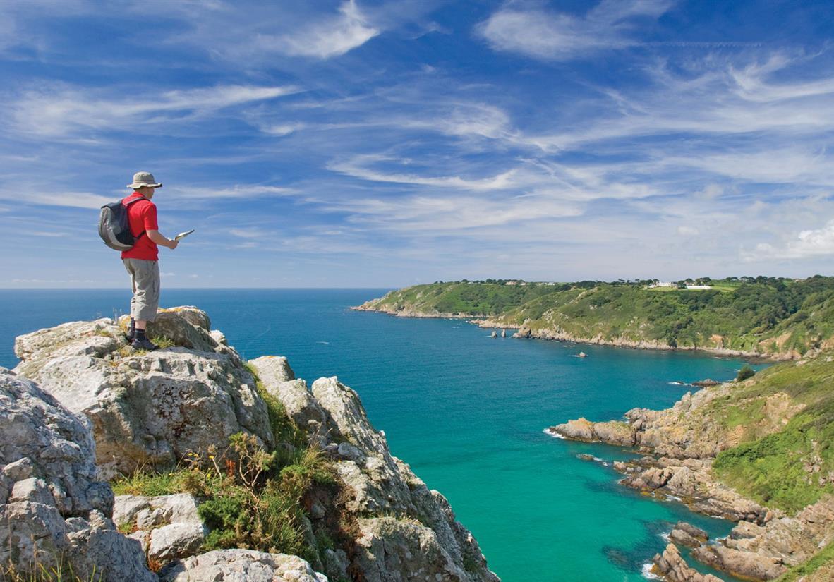 Wanderer auf den Klippen an der Südküste