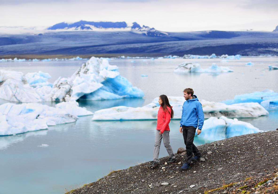 Walk along the banks of Jokulsarlon glacial lagoon
