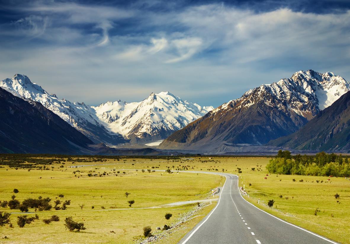 Straße mit Blick auf die südlichen Alpen