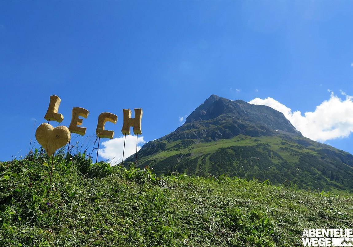 grüne Hügel mit Lech Schriftzug