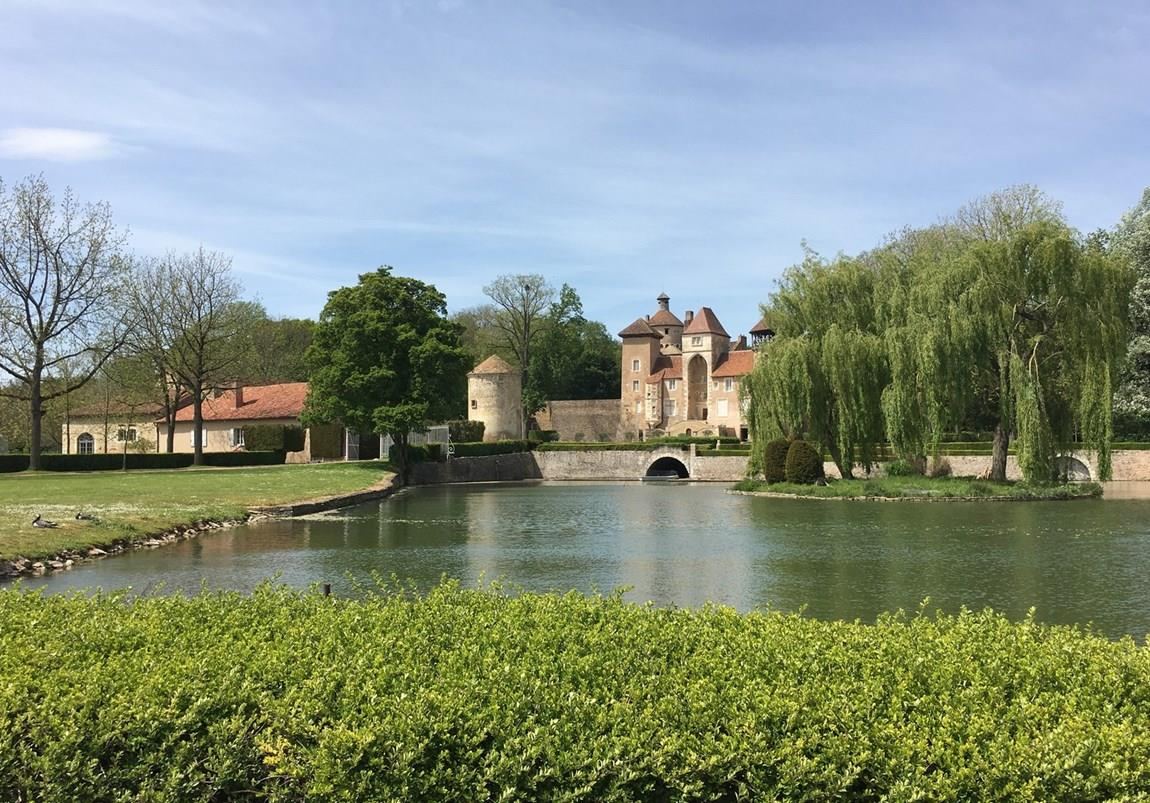 Fluss und Brücke in Burgund