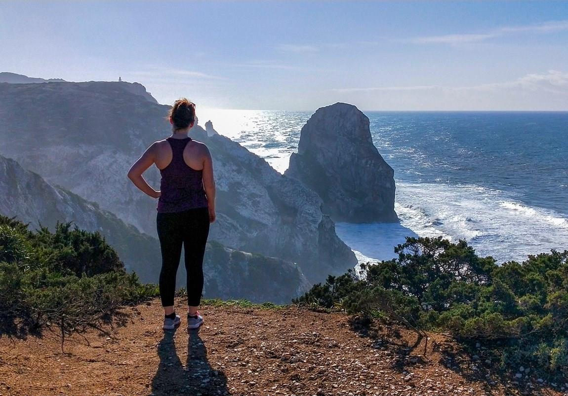Wanderer blickt aufs Meer an der wilden Küste von Sintra