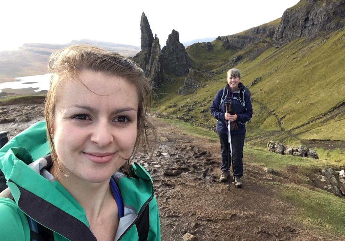 Wanderer auf der Isle of Skye am Old Man of Storr