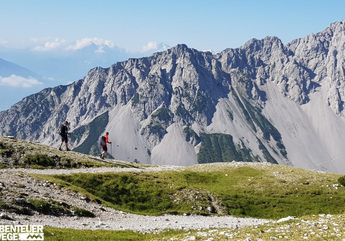 Wanderer auf Alpenüberquerung durch das Karwendel Gebirge
